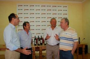 Imagen, Presidentes, vicepresidente y secretario de la Sección de Vinos Dcoop-Baco junto al director Técnico Pedro Ferrer