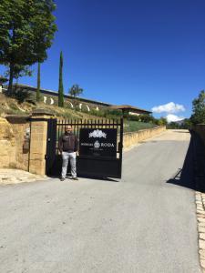Txema Cancio de vinosdiferentes.com a la entrada de Bodegas Roda