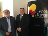Imagen de Antonio Miguel Navarro de Vinos Alicante DOP y el director territorial de Cajamar Caja Rural en Alicante, Francisco Javier Ruiz