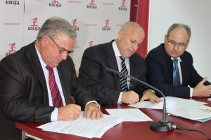 Imagen de la firma del convenio. La D.O. Ca. Rioja difundirá la cultura del vino entre los jóvenes universitarios en colaboración con Fivin