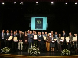 Foto del grupo homenajeados con consejero y junta directiva. Bodegas Altovela