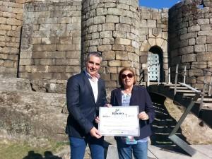Imagen. El presidente de la D.O. Ribeiro hace entrega del talón a la Aecc de Vigo