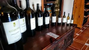 La bodega es un excelente lugar para comprar vino. En la foto vemos botellas de diferente capacidad en bodegas Matarromera.
