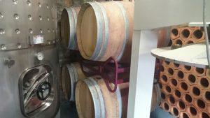 Barricas y botellero en las instalaciones de Bodega Vehemencia
