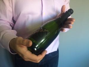 Imagen. Botella con una inclinación aprox. de 45º. Abrir una botella de champagne o cava.