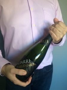 Imagen. Sujetar la botella por la base y el tapón. Abrir una botella de champagne o cava.