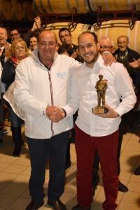Imagen. Joaquín Ortega, presidente del Club Seat 600 de Albacete, entregó un reconocimiento al trabajo de Bodega Iniesta