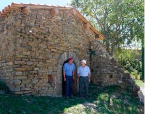Miguel A. Torres y Xavier Sort frente a la ermita de Sant Miquel de Gurp. Vendimia