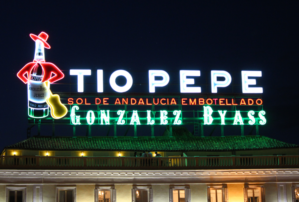 El luminoso de Tío Pepe con la #horadelplaneta. - VINOS DIFERENTES
