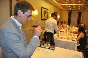 El sumiller Raúl Igual prepara la cata de los Vinos de las Piedras para la misión