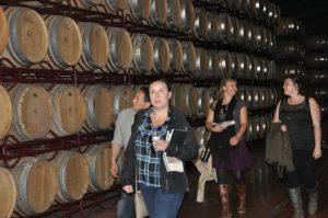 La misión durante su visita a la bodega Grandes Vinos y Viñedos
