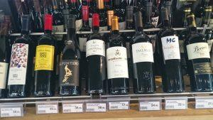 Imagen. Botellas de La Rioja en una tienda de vinos especializada.