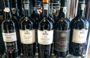Imagen. Vinos de Oporto colocados en una incorrecta posición horizontal en un centro comercial de Madrid.