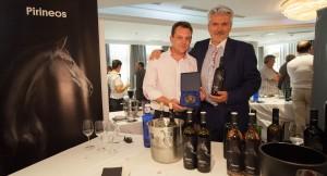 Carlos Pedros y Javier Fillat con el Baco de Oro de Pirineos Tinto Roble