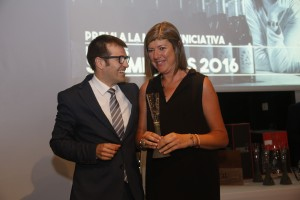 Irene Alemany recogiendo el premio de manos del multipremiado sumiller César Cánovas