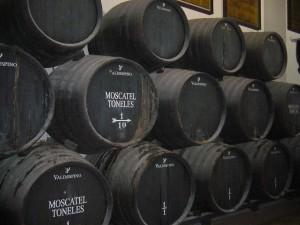 Imagen. El Vino de Jerez no desapareció con la dominación árabe de la Península Ibérica. En la imagen vemos las barricas del Moscatel Toneles, uno de los mejores jereces que existen.